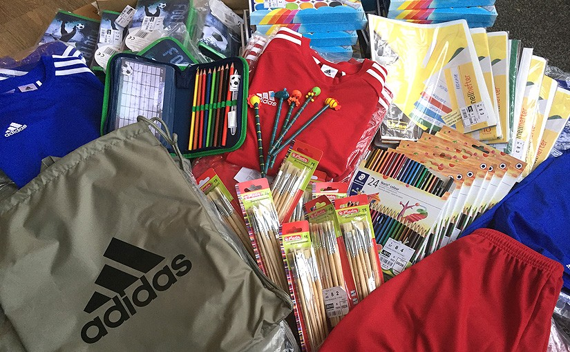 myToys spendet Schulmaterialien und Sportswear