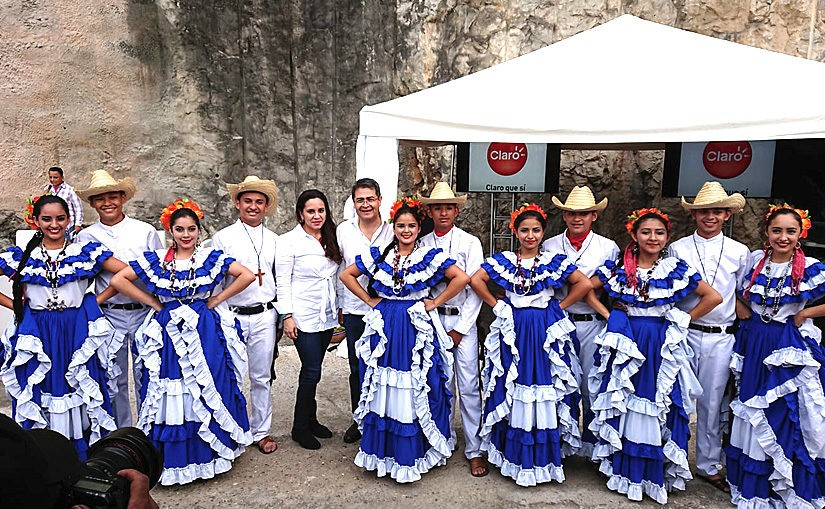 Tanzgruppe DANZAHLE trifft honduranischen Präsidenten Juan Orlando Hernández