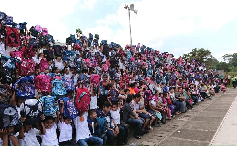 Backpack Program 2019 – Über 1100 Kinder erhalten Rucksäcke und Schulmaterial