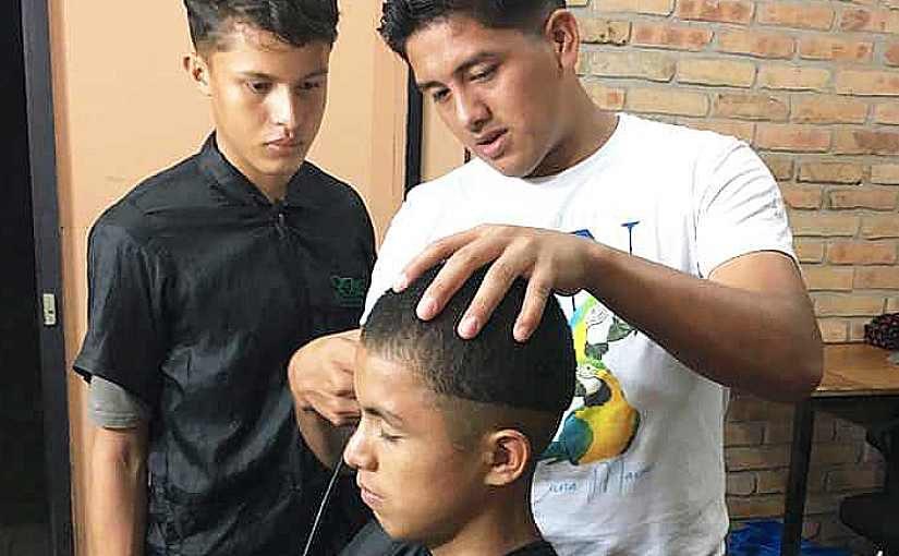 Gerson zeigt den Jungs das Haareschneiden